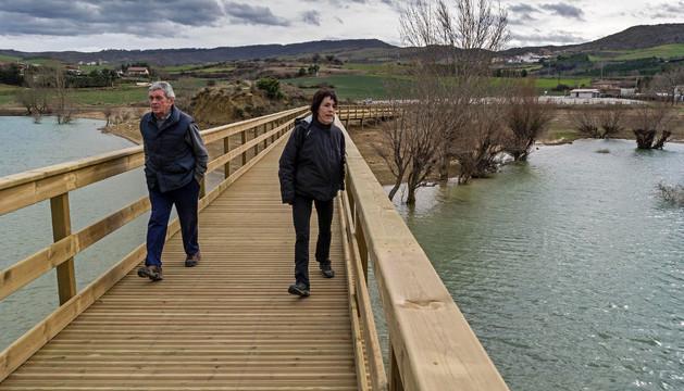 A falta de remates, la pasarela de madera llama ya la atención de quienes se acercan hasta el pantano