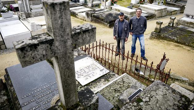 Juan González (dcha.), enterrador del cementerio municipal de San Francisco en Ourense, y su compañero Manuel González (izda.)