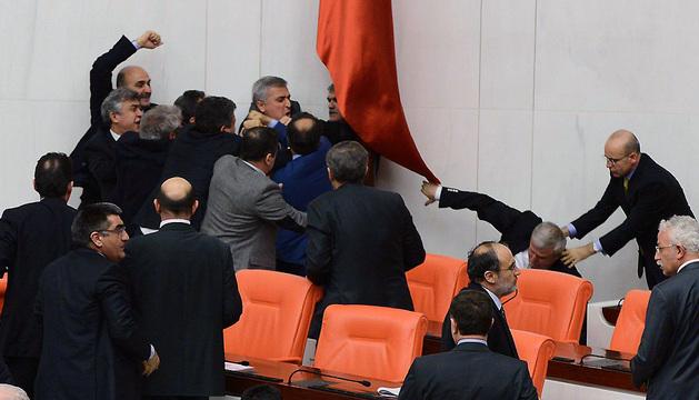 Momento en el que se producen los incidentes durante el pleno del Parlamento turco