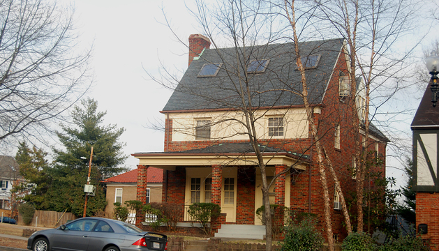 Esta casa aparentemente normal, situada ante la embajada rusa en Washington, es un edificio clave del espionaje