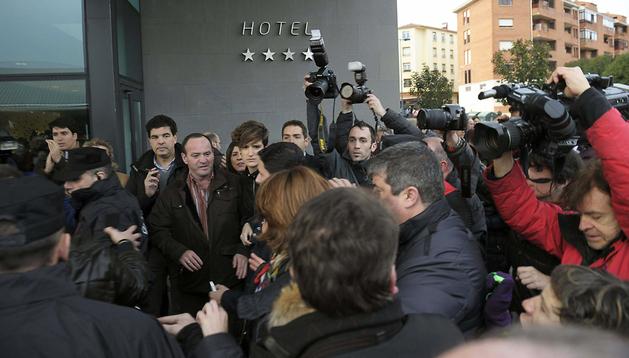 La presidenta del Gobierno de Navarra y de UPN, Yolanda Barcina (centro), es escoltada a su llegada al hotel Hola de Tafalla