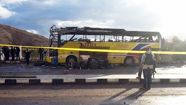 Captura de la televisión del estado en el que quedó el autobús de turistas atacado en Taba