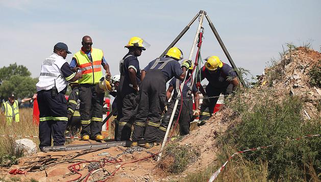 Los equipos de rescate inspeccionan la entrada de la mina de Benoni donde quedaron atrapados los trabajadores