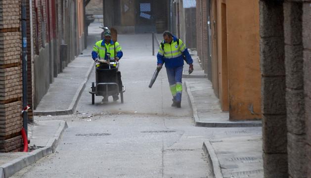 Dos operarios limpian las calles de Corella