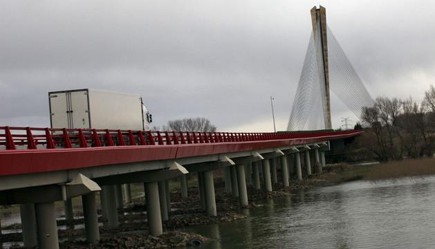 Imagen del puente sobre la autopista en Castejón, que va a ser reparado