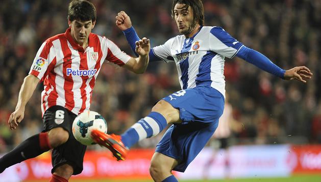 Mikel San José (izda.) trata de llevarse el balón ante el defensa del Espanyol, Diego Colotto, autor del segundo tanto perico