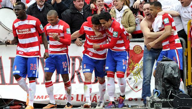 Los jugadores del Granada celebran el gol de Piti con la afición