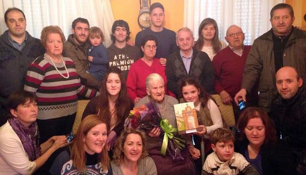 Marina Butrón, sentada en el centro con algunos de sus regalos, junto a familiares