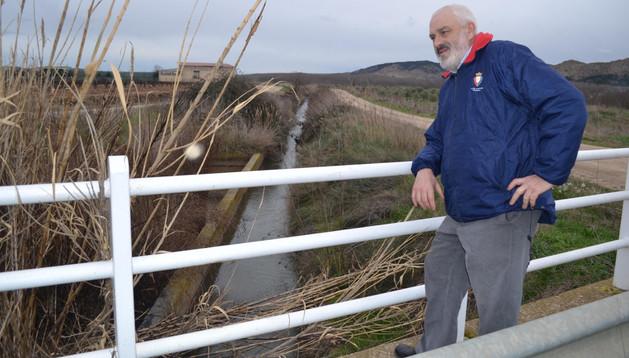 Antonio Ezquerro Royo delante del canal de riego actual y donde se construiría el nuevo
