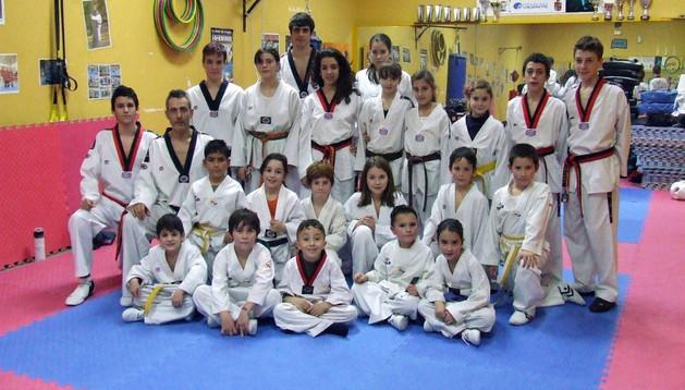 Mikel Arrondo Chueca -segundo por la izquierda-, junto a varios de los alumnos de la Escuela de Taekwondo de Castejón