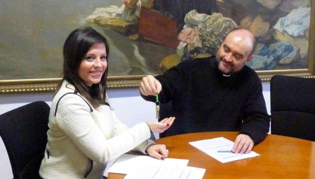 Elsa Plano Urdaci, alcaldesa del Valle de Izagaondoa, recibe las llaves de las dos iglesias de mano de Javier Aizpún, delegado de Patrimonio del Arzobispado