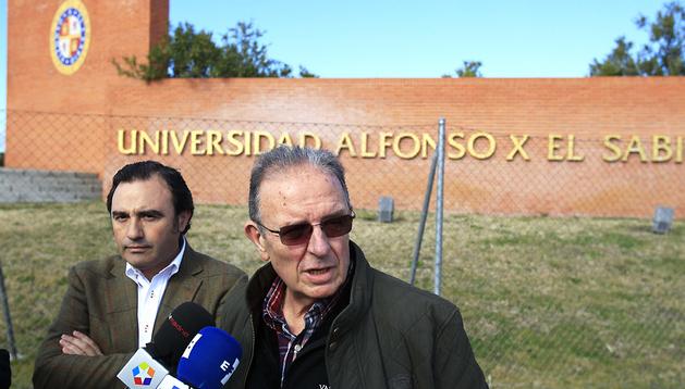 Andrés G. Notorio, director de Atencion a Alumnos y Familia, y el rector del centro académico, José Domínguez de Posada (dcha.), hablan con los periodistas sobre el suceso
