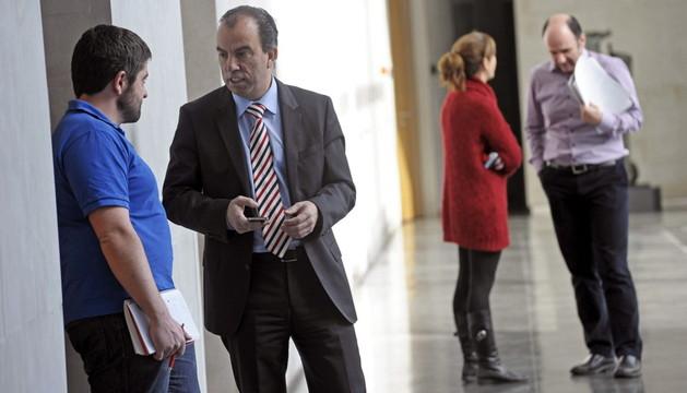 El portavoz de UPN, Carlos García Adanero, y el parlamentario no adscrito de Geroa Bai, Manu Ayerdi, conversan en los pasillos del Parlamento de Navarra