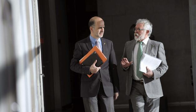 El presidente de la Cámara foral, Alberto Catalán (i), y el Letrado Mayor, a su llegada al Parlamento.