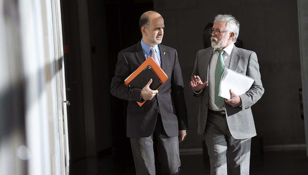 El presidente del Parlamento de Navarra, Alberto Catalán (izda.), y el Letrado Mayor de la Cámara Foral, Miguel Esparza, a su llegada al Parlamento foral