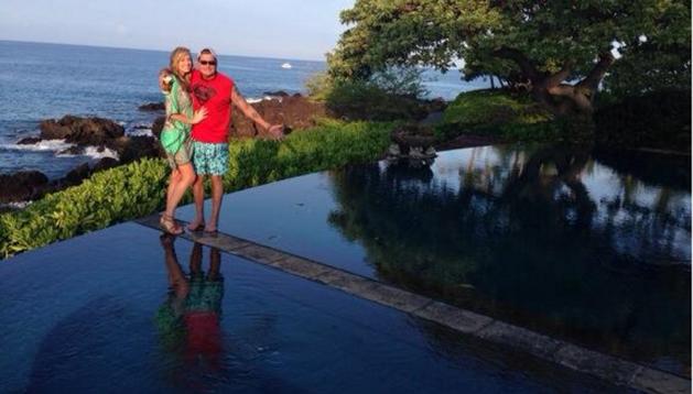 Brett Rossi y Charlie Sheen posan juntos en Hawái, donde se comprometieron