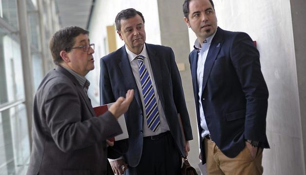 El portavoz del PSN, Juan José Lizarbe (c), momentos antes de comparecer ante los medios de comunicación tras la reunión de la Mesa y Junta de Portavoces.