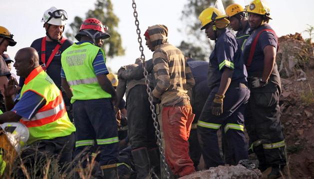 Los trabajos de rescate de los mineros atrapados en una mina de Sudáfrica