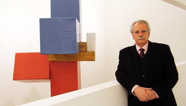 El galerista navarro Moisés Pérez de Albéniz junto a una pieza del artista guipuzcoano Pello Irazu
