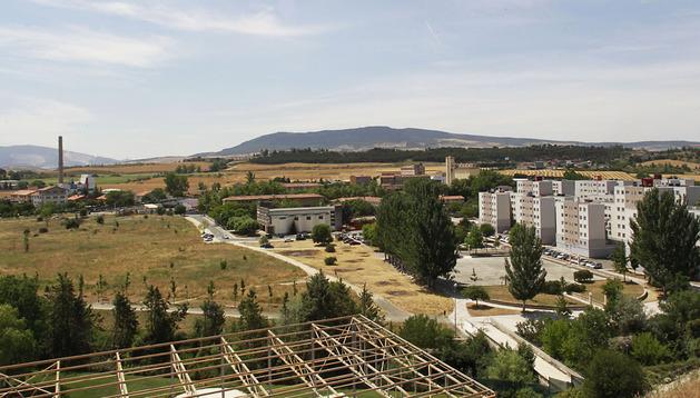Vista general de Echavacoiz con el grupo Urdánoz a la derecha y la antigua Inquinasa a la izquierda