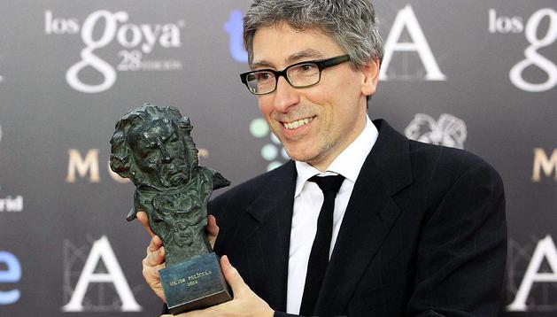 El director David Trueba, con el Goya a la mejor película por 'Vivir es fácil con los ojos cerrados', obra que logró seis premios más