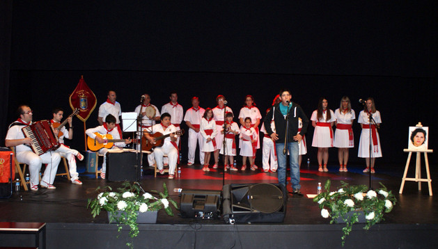 Senen Marco López interpreta una jota durante el festival de homenaje a su madre, Virginia López Bruna.