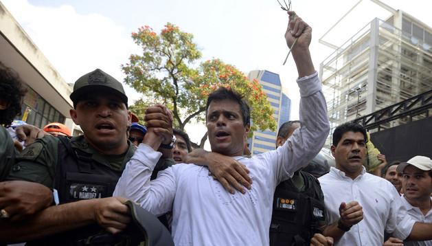 Leopoldo López, acompañado de la policía militarizada venezolana