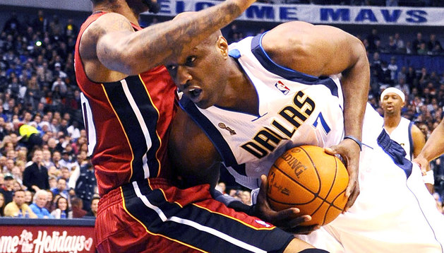Lamar Odom intenta superar a un defensor