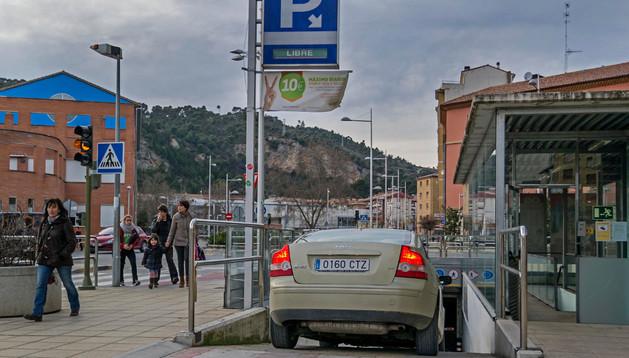 Un vehículo accede  al parking subterráneo en una imagen tomada este lunes por la tarde