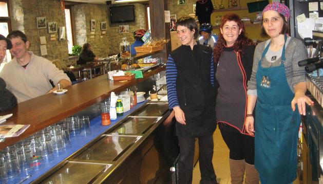 Detrás de la barra de la tienda-posada Apeztegiberriko de Jauntsarats, Olaia Gascue, Laura Martinena y Soledad Artola