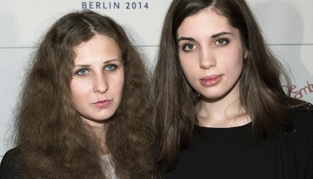 Las integrantes del grupo punk ruso Pussy Riot Maria Alyokhina (i) y Nadezhda Tolokonnikova.