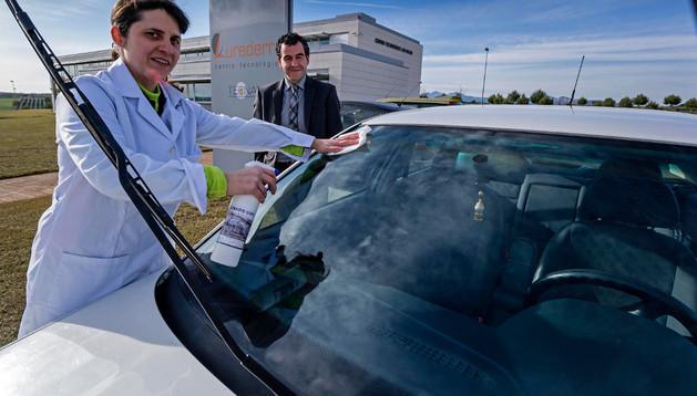 Una investigadora aplica Tecnadis GWR en la luna de un automóvil ante la mirada de Germán Medina, responsable de comercialización