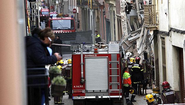 Bomberos de la Generalitat trabajan en las labores de búsqueda del operario sepultado