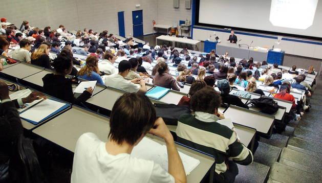 Un grupo de estudiantes universitarios asiste a una clase, en la Universidad de Ginebra.
