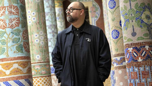 Carlos Ruiz Zafón, escritor, muestra su faceta como música