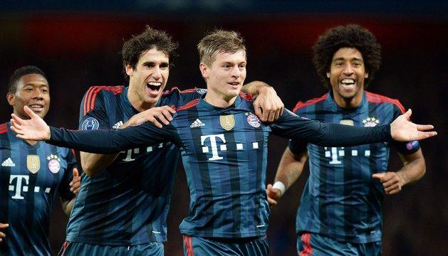 Javi Martínez celebra con Toni Kroos el primer gol del Bayern