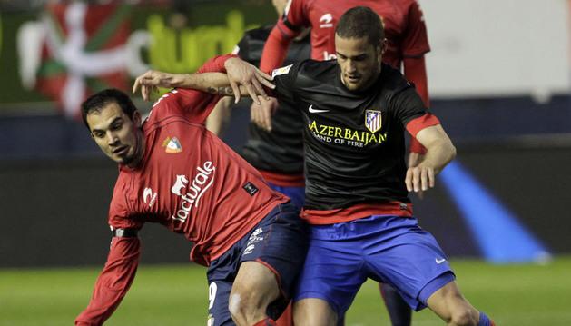 Armenteros y Mario Suárez pugnan por una pelota en El Sadar