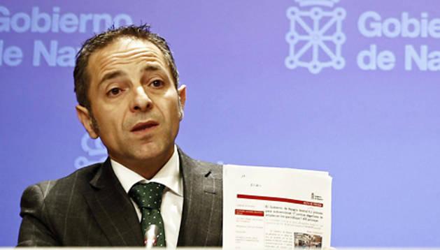 El portavoz del Ejecutivo Foral, Juan Luis Sánchez de Muniáin (izda.) y el consejero de Educación, José Iribas durante una rueda de prensa
