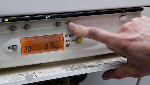Un usuario ajusta la temperatura de la caldera de gas