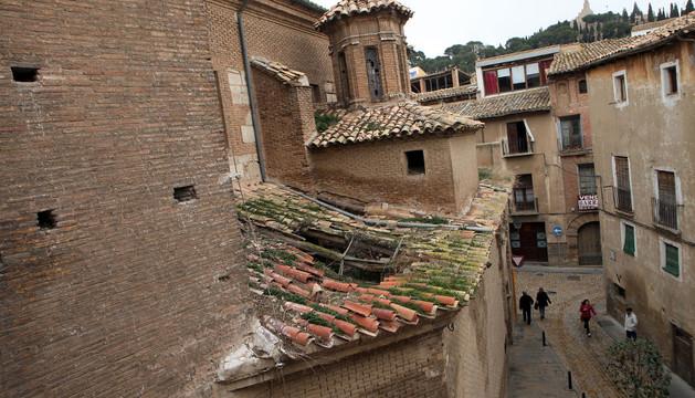 Aspecto de uno de los tejados del edificio, situado en la calle Rúa del Casco Viejo, con una parte del mismo hundida