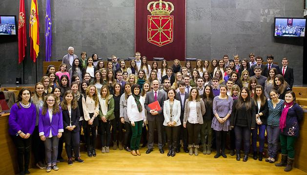 Alberto Catalán, junto a los también miembros de la Mesa Maite Esporrín y Koldo Amezketa, con los estudiantes de la UN que han participado en la sesión.