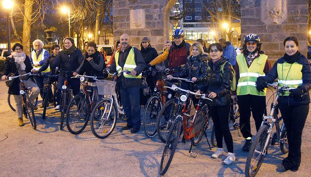 Los participantes en el taller para aprender a circular en bicicleta por la ciudad, que organiza la AMTS, en colaboración con el Ayuntamiento de Pamplona, posaron en una foto de familia