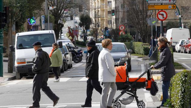 Varias personas cruzan por un paso de cebra en la calle Mayor de Burlada