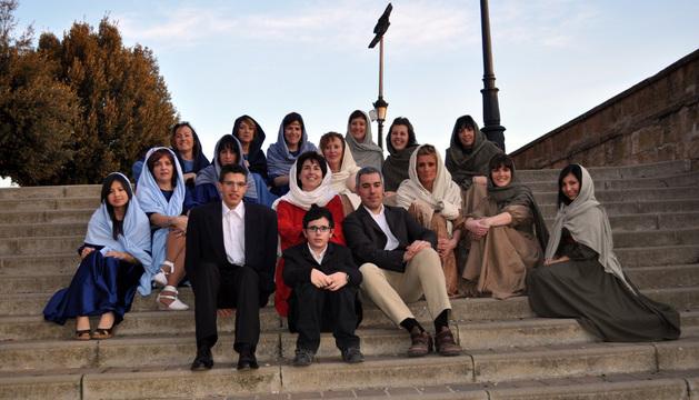 El grupo con el elenco caracterizado para la obra.
