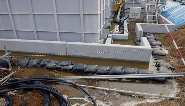 Una fuga de agua altamente radioactiva en un tanque de la paralizada Planta de Poder Nuclear Fukushima Daiichi en Okuma, al noreste de Tokio (Japón)