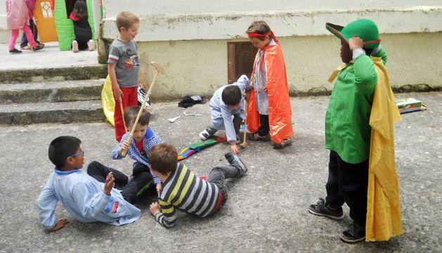 Tres niños con otros de los juegos que se han introducido para diversificar las modalidades de juego