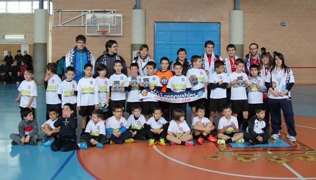 Jugadores, entrenadores y representantes del Tafatrans de Tafalla posaron juntos durante la jornada de hermanamiento celebrada en Tudela