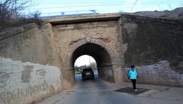 Un vehículo pasa bajo el túnel situado junto a la ermita del Cristo de Tudela que ahora se va a adecuar