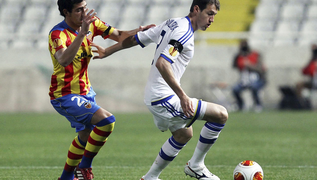 Daniel Parejo (izda.), pelea por el balón con el jugador del Dinamo de Kiev, Danilo Silva (dcha.)