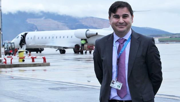 Antonio García, nuevo director del aeropuerto de Pamplona, junto a La pista de aterrizaje